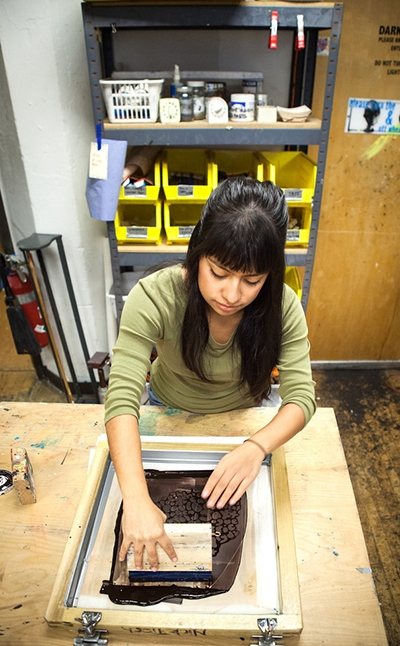 Student Sofía Ramírez Hernández working in the printmaking shop